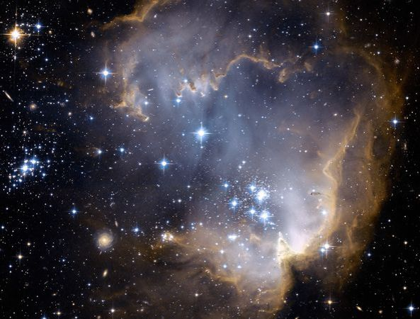 hubble-cloudy-nebula-ngc-602_19426_600x450